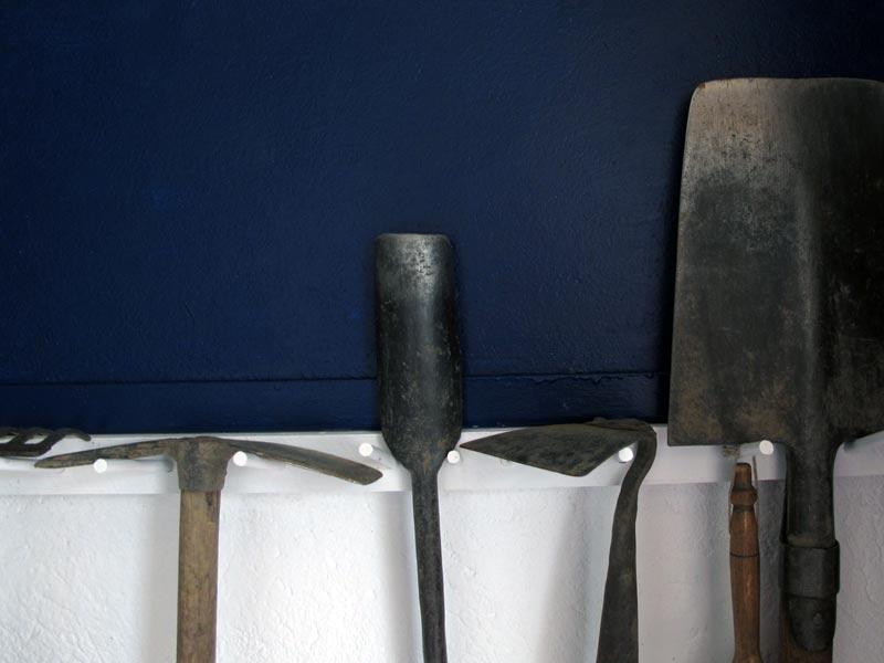 bleu aux outils du jardin