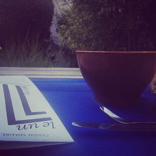petit déjeuner dans le jardin avant la chaleur