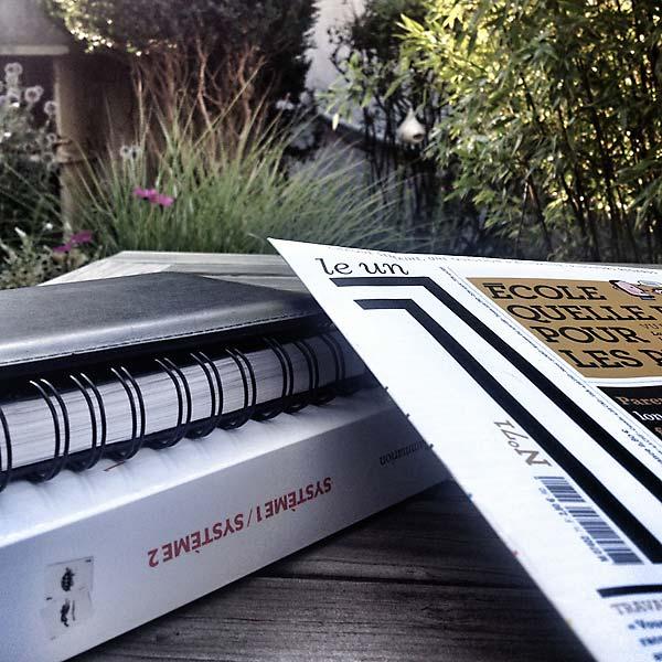 avec le café, petite lecture du matin dans le jardin