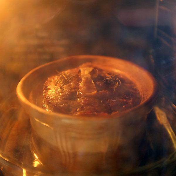 dans le four, le pâté de campagne mijote