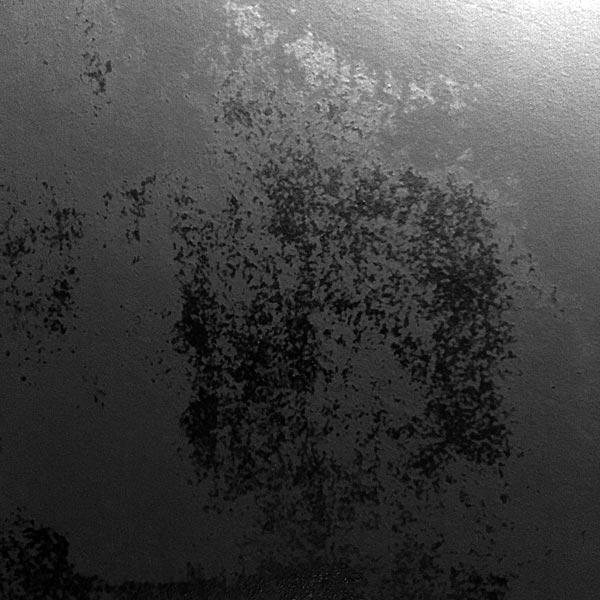 séchage sur mur de peinture noire