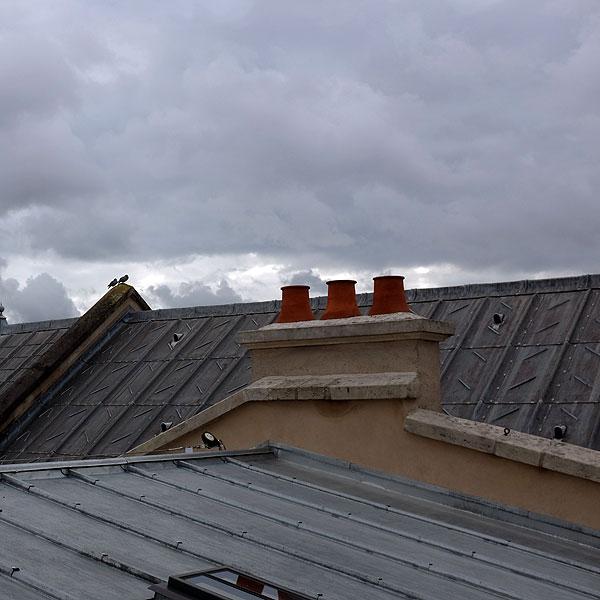 un couple sur toit